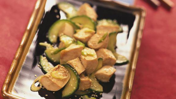 Rezept: Tofuwürfel mit Gurke und Sesam