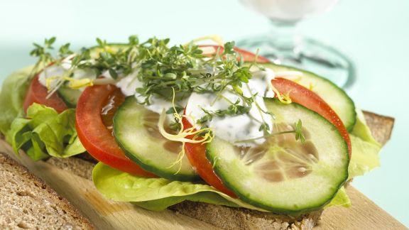 Rezept: Tomaten-Brot mit Gurke und Kresse