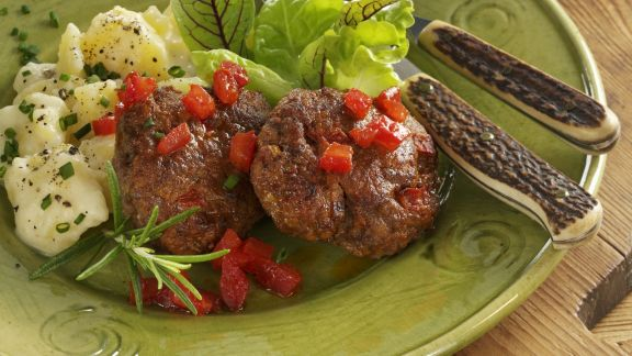 Rezept: Tomaten-Buletten nach Schweizer Art (Hacktäschli) mit Kartoffelsalat