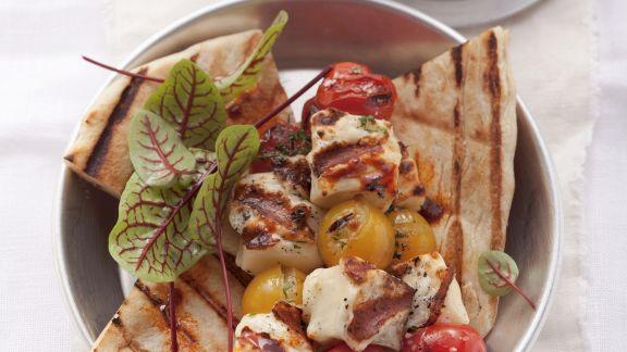 Rezept: Tomaten-Halloumi-Spieß mit Hummus-Dip