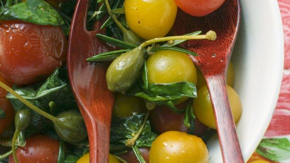 Rezept: Tomaten-Kapern-Salat mit Kräutern