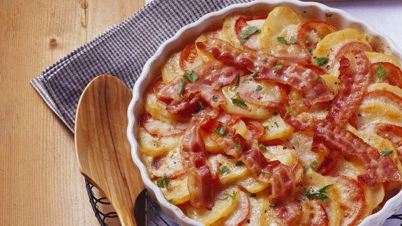 Rezept: Tomaten-Kartoffel-Gratin mit Bacon und Zwiebeln