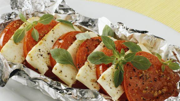 Rezept: Tomaten mit Käse in Folie gegrillt
