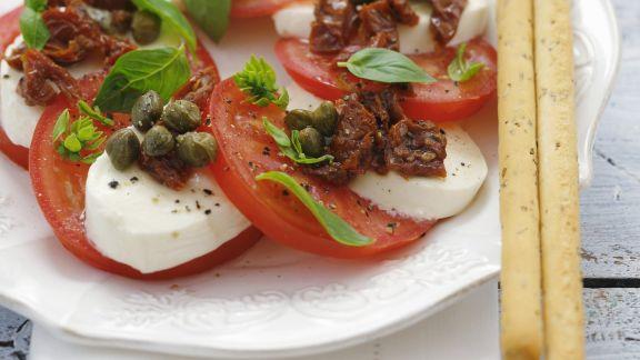 Rezept: Tomaten mit Mozzarella, Kapern und Basilikum