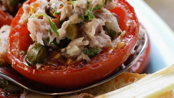 Rezept: Tomaten mit Thunfisch-Kapern-Füllung und Knoblauchbrot