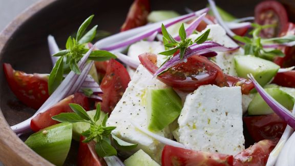 Rezept: Tomaten-Schafskäse-Salat mit Gurken
