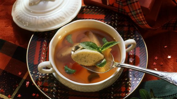 Rezept: Tomatenbrühe mit Basilikumnockerl