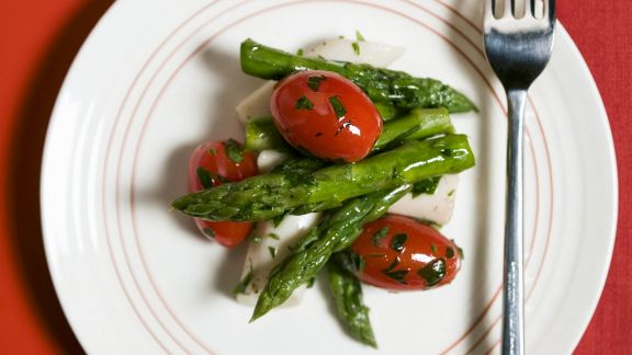 Rezept: Tomatensalat mit grünem Spargel und Palmherzen