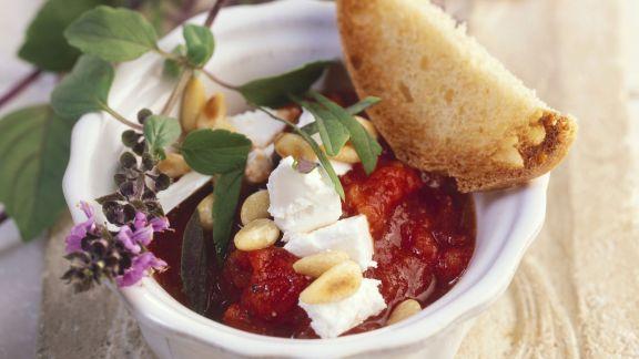 Rezept: Tomatensoße mit Basilikum, Pinienkernen und Ziegenkäse