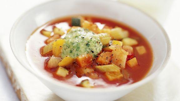 Rezept: Tomatensuppe auf provenzalische Art mit Lauchzwiebelpesto