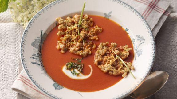 Rezept: Tomatensuppe mit Apfel und Holunderblütenküchlein