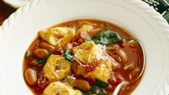 Rezept: Tomatensuppe mit Bohnen und Tortellini
