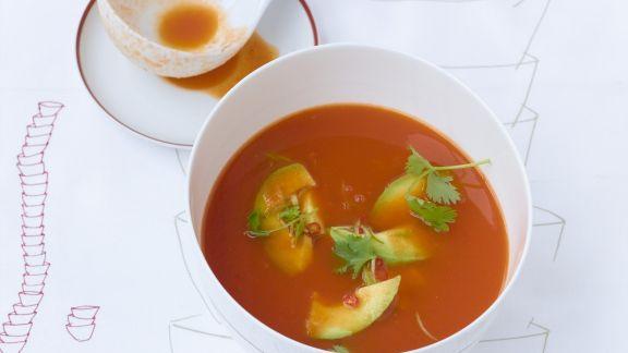 Rezept: Tomatensuppe mit Chili-Avocado-Einlage