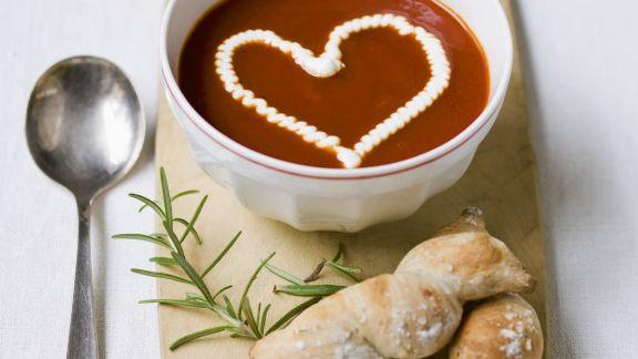 Rezept: Tomatensuppe mit Sahne-Herz