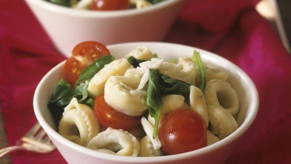 Rezept: Tortellinisalat mit Spinat und Cherrytomaten