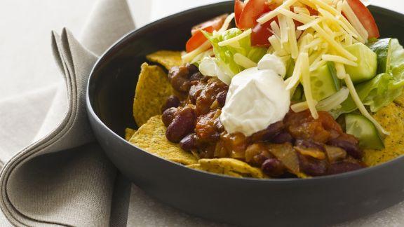 Rezept: Tortilla-Chips mit Bohnen, Sauerrahm, Käse und Tomaten