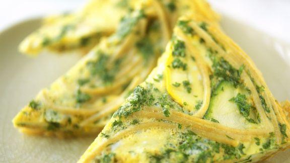 Rezept: Tortilla mit Nudeln, Zucchini und Petersilie