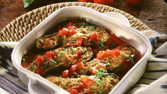 Rezept: Überbackene Auberginen mit Hackfüllung und Tomatensoße