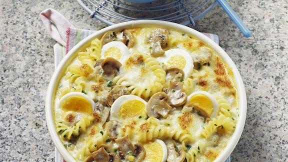 Rezept: Überbackene Nudelpfanne mit Pilzen, Eiern und Käse