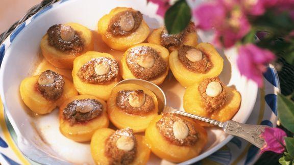 Rezept: Überbackene Pfirsiche mit Mandelfüllung