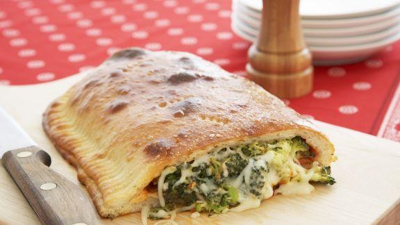 Rezept: Vegetarische Calzone mit Brokkoli und Käse
