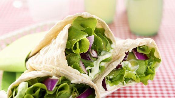 Rezept: Vegetarische Wraps mit Wasabicreme, Avocado, Salat und roten Zwiebeln