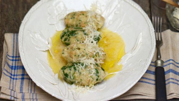 Rezept: Vier Käse-Spinat-Klößchen mit zerlassener Butter