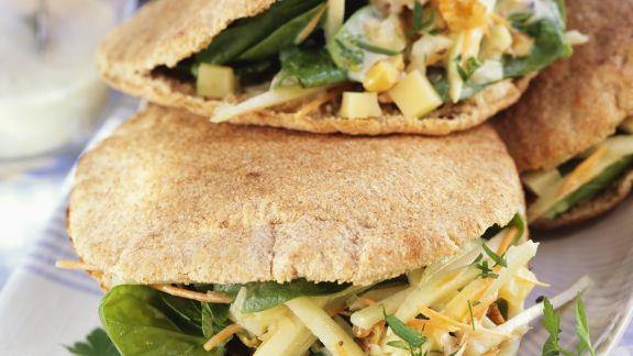 Rezept: Vollkorn-Pitabrot mit Spinatsalat und Walnüssen gefüllt