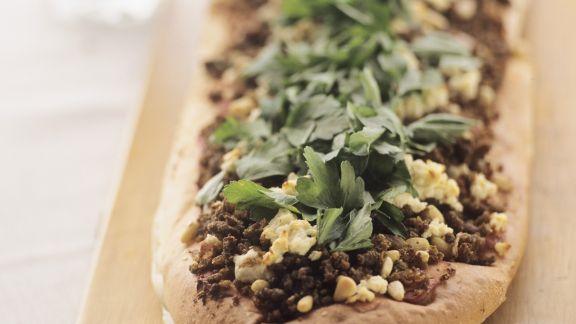 Rezept: Vollkornfladenbrot mit Lammhack, Feta und Petersilie