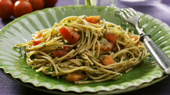 Rezept: Vollkornnudeln mit Dill, Tomaten und Knoblauch