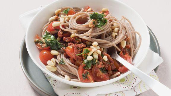 Rezept: Vollkornnudeln mit Tomaten, Kräutern und Pinienkernen