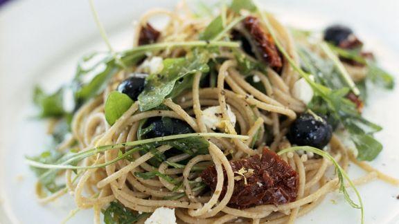 Rezept: Vollkornspaghetti mit Schafskäse, Oliven und getrockneten Tomaten