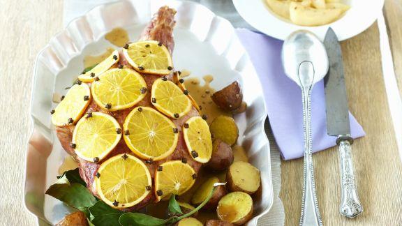 Rezept: Weihnachtliche Spanferkelkeule mit Orangen und Nelken