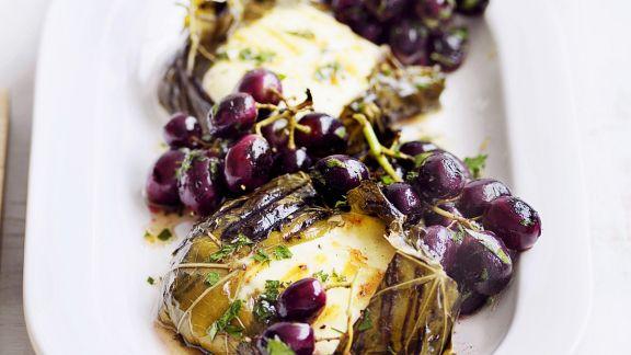 Rezept: Weinblätter mit Mozzarellafüllung dazu Trauben und Anchovies