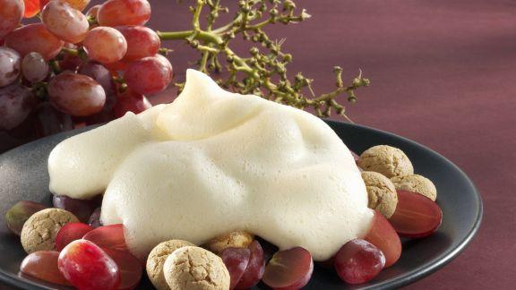 Rezept: Weinschaumcreme mit Trauben und Amaretti