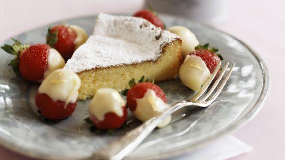 Rezept: Weißer Schokoladenkuchen mit Schokoladen-Erdbeeren