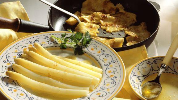 Rezept: Weißer Spargel mit Buttersoße und Pfannkuchen
