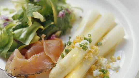 Rezept: Weißer Spargel mit Eier-Vinaigrette und mariniertem Saibling