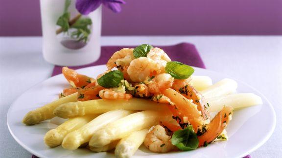 Rezept: Weißer Spargel mit gebratenen Shrimps und Tomaten
