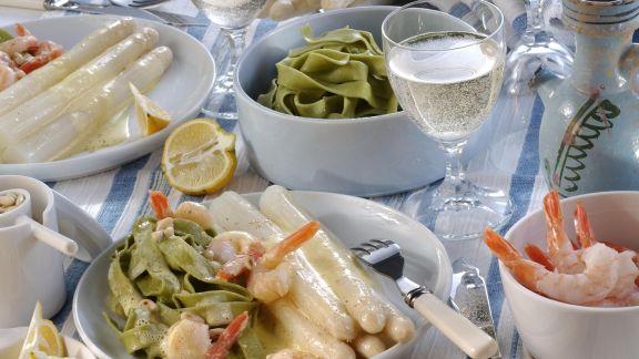 Rezept: Weißer Spargel mit Shrimps und grünen Nudeln