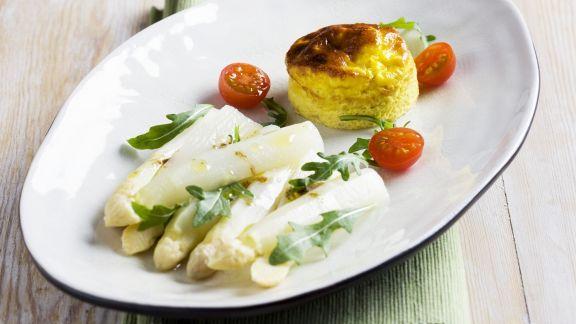 Rezept: Weißer Spargelsalat mit Rauke und Eierterrine