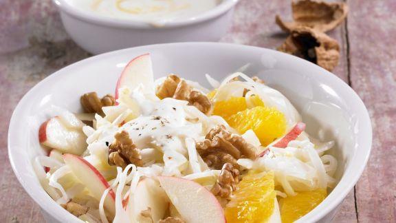 Rezept: Weißkohlsalat mit Obst und Walnuss