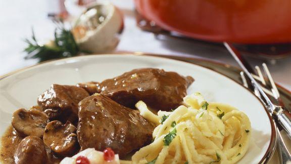 Rezept: Wild-Pilz-Gulasch mit Preiselbeerbirne und Spätzle