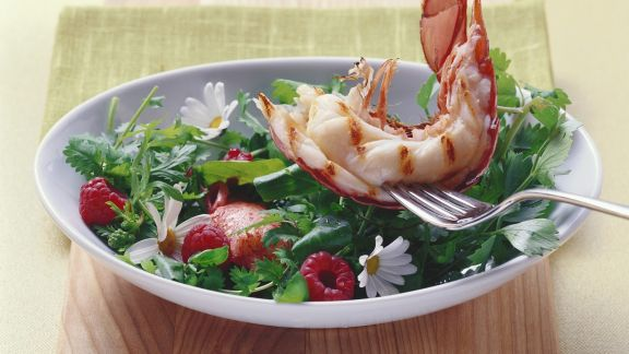Rezept: Wildkräutersalat mit halbem gegrilltem Hummer