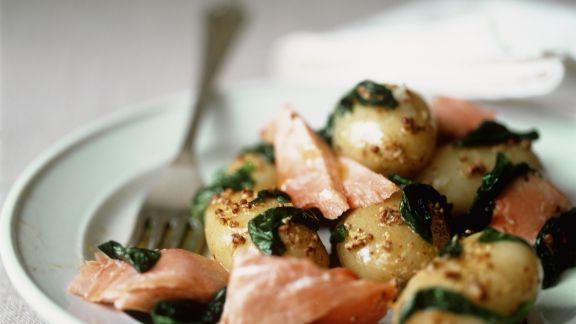 Rezept: Wildlachs mit kleine Kartoffeln, Spinatgemüse und Senfsoße