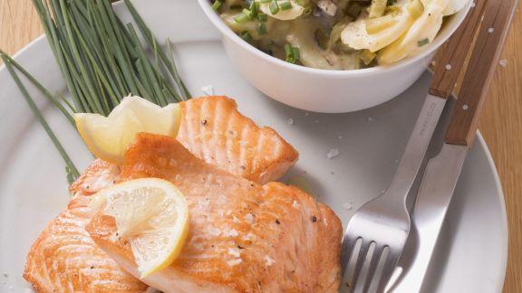 Rezept: Wildlachssteaks auf Schnittlauch dazu Kartoffelsalat