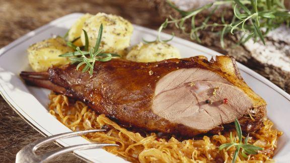 Rezept: Wildschweinkeule mit Sauerkraut Knödeln
