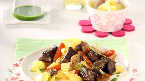 Rezept: Wildschweinragout mit Morcheln und Estragon-Orangenöl