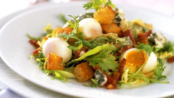 Rezept: Winterlicher Salat mit Wachteleiern und Weißbrotwürfeln