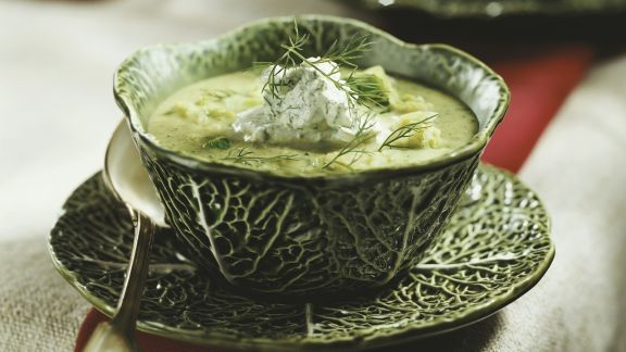 Rezept: Wirsingsuppe mit Dillcreme-Topping